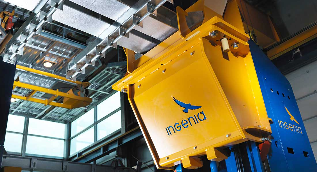 The INGENIA lifting- / lowering station is tailor made for the hot dip galvanizing industry and is one of the main components within the INGENIA material handling systems. Photo source: INGENIA GmbH