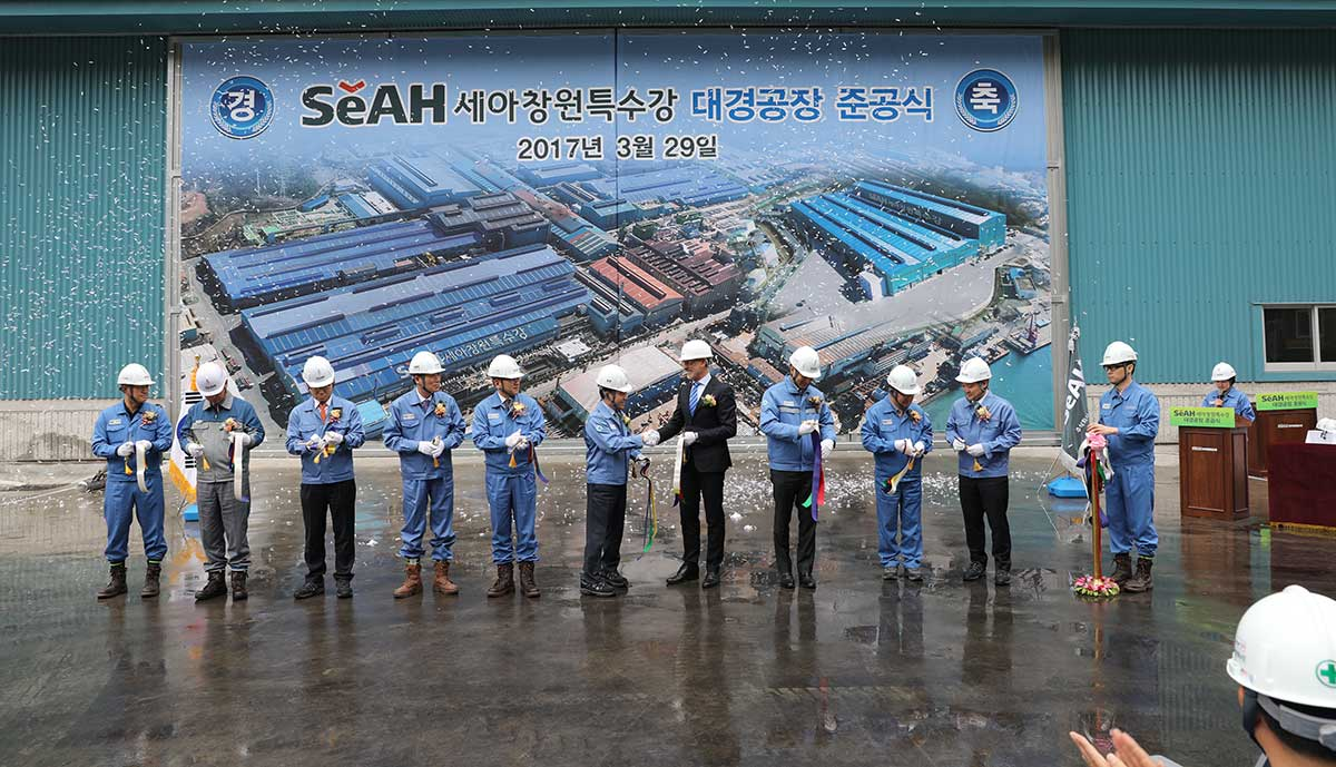 From left to right: Kim Jin-Hee, Team Leader of SeAH CSS Steel Pipe & Tube Team; An Kyoung-Sik, Vice President of SeAH E&T; Suh Young-Bum, President of SeAH Holdings; Lee Sang-Chul, Union leader of SeAH CSS; Lee Jee-Yong, President of SeAH CSS; Lee S