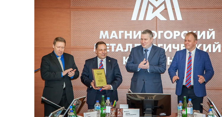 Ceremony during which Pavel Shilyaev, CEO of MMK, handed over the award.